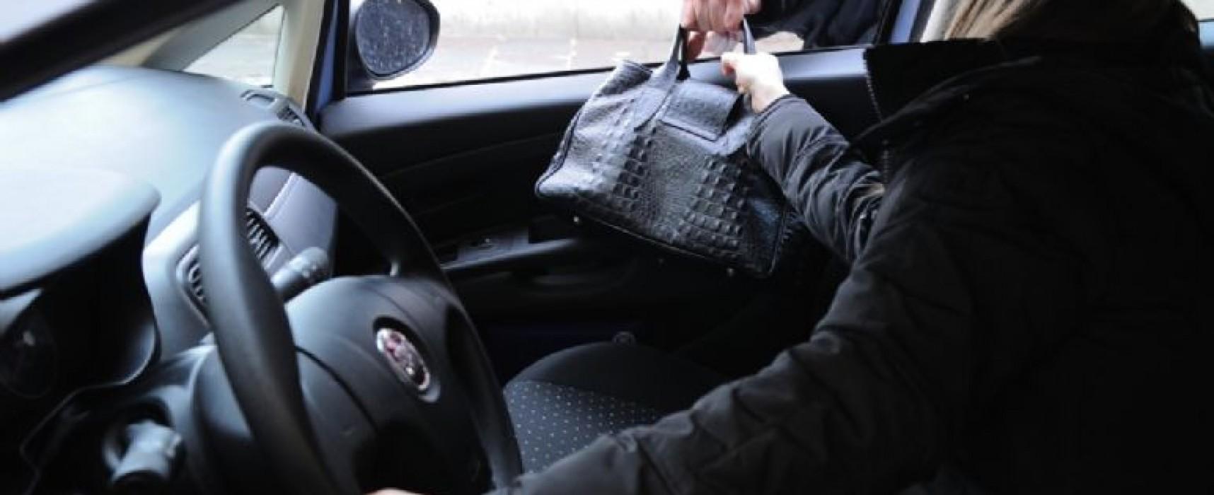 Scippo su via Vittorio Veneto, rubata una borsa da una macchina ferma nel traffico