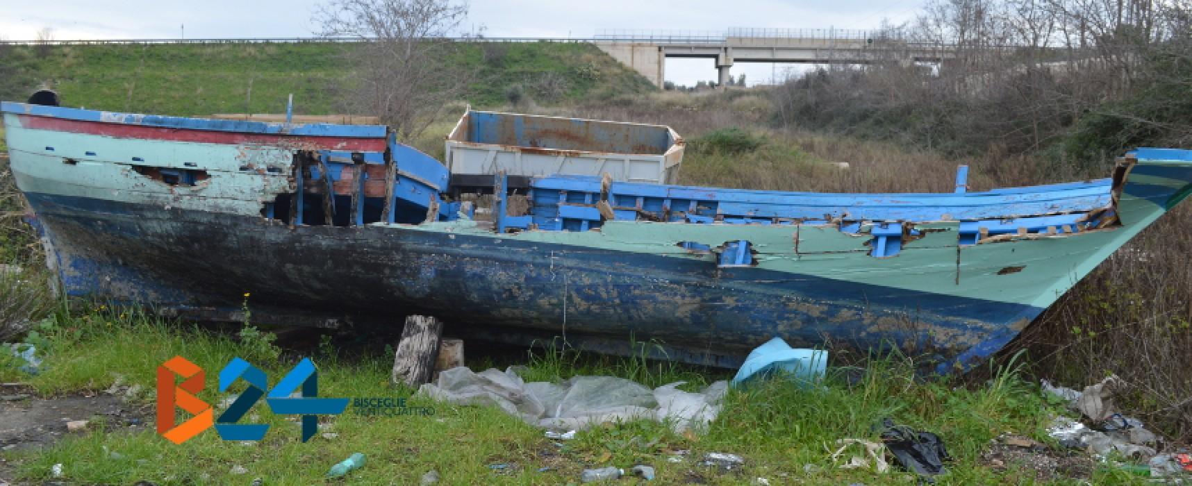 Barca da pesca abbandonata nella zona industriale di Bisceglie / FOTO