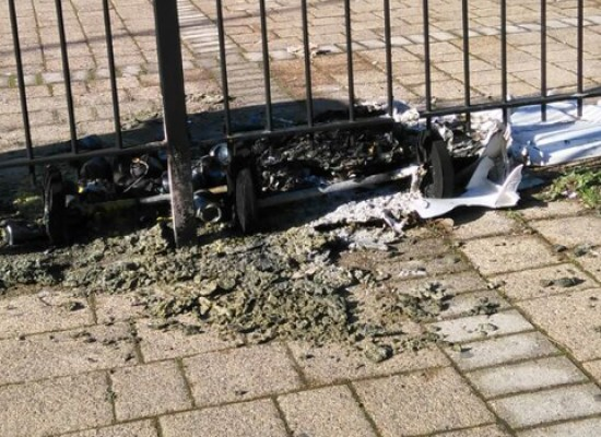 Incendiati i cassonetti della differenziata al parco Don Milani / FOTO
