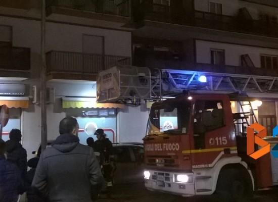 Incendio in attico di via Berarducci Vives, vigili del fuoco sedano le fiamme / FOTO