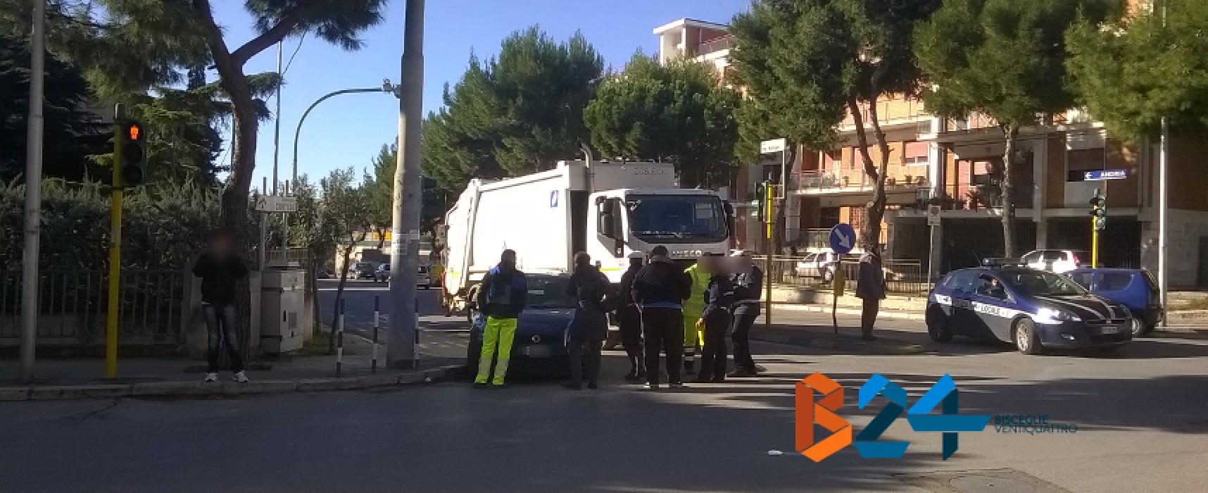 Via Mauro Albrizio incrocio Via Luigi Papagni, incidente tra un'auto e un camion dei rifiuti / FOTO