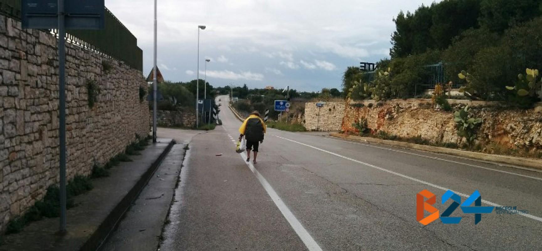 Percorre scalzo la litoranea di ponente e si dirige verso Trani. Intervengono i carabinieri / FOTO