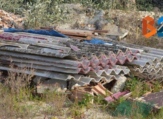Onduline in eternit in zona Lama di Macina, la situazione non è cambiata / FOTO