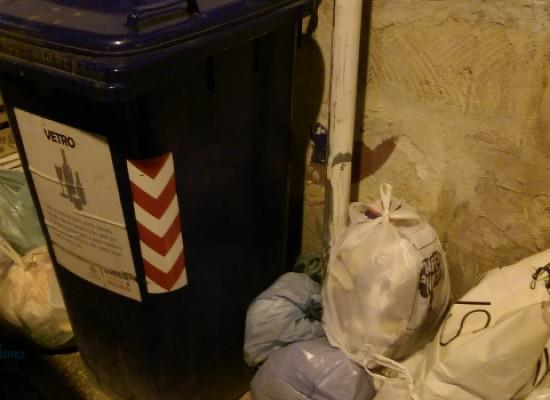 Via San Lorenzo, i cassonetti vengono spostati ma i rifiuti rimangono sul marciapiede