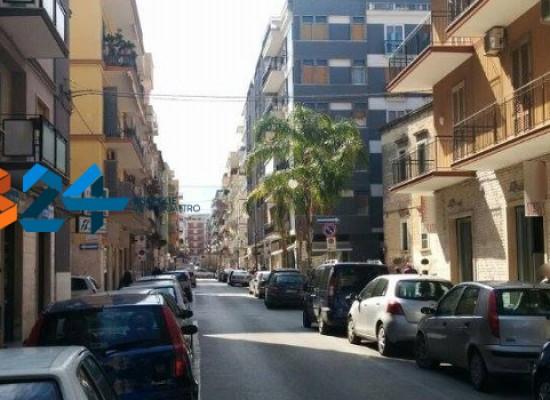 Donna scippata in centro, Carabinieri in servizio anti rapina bloccano il ladro dopo inseguimento