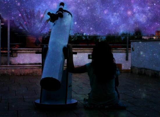 Osservazione della luna al telescopio, sul lungomare per ammirare le meraviglie del cielo