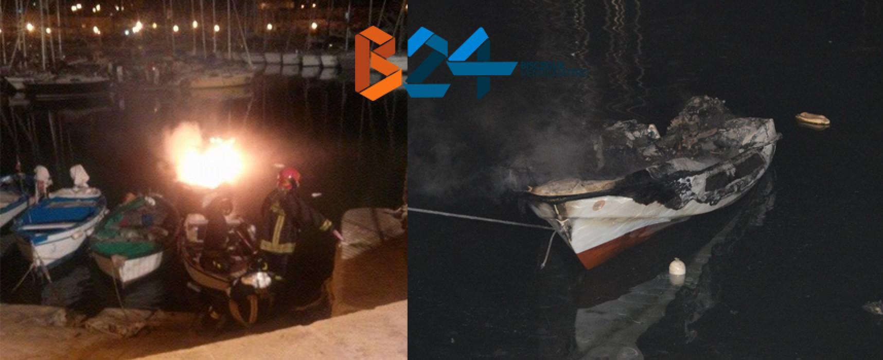In fiamme e affondata una barca al porto nella notte / FOTO