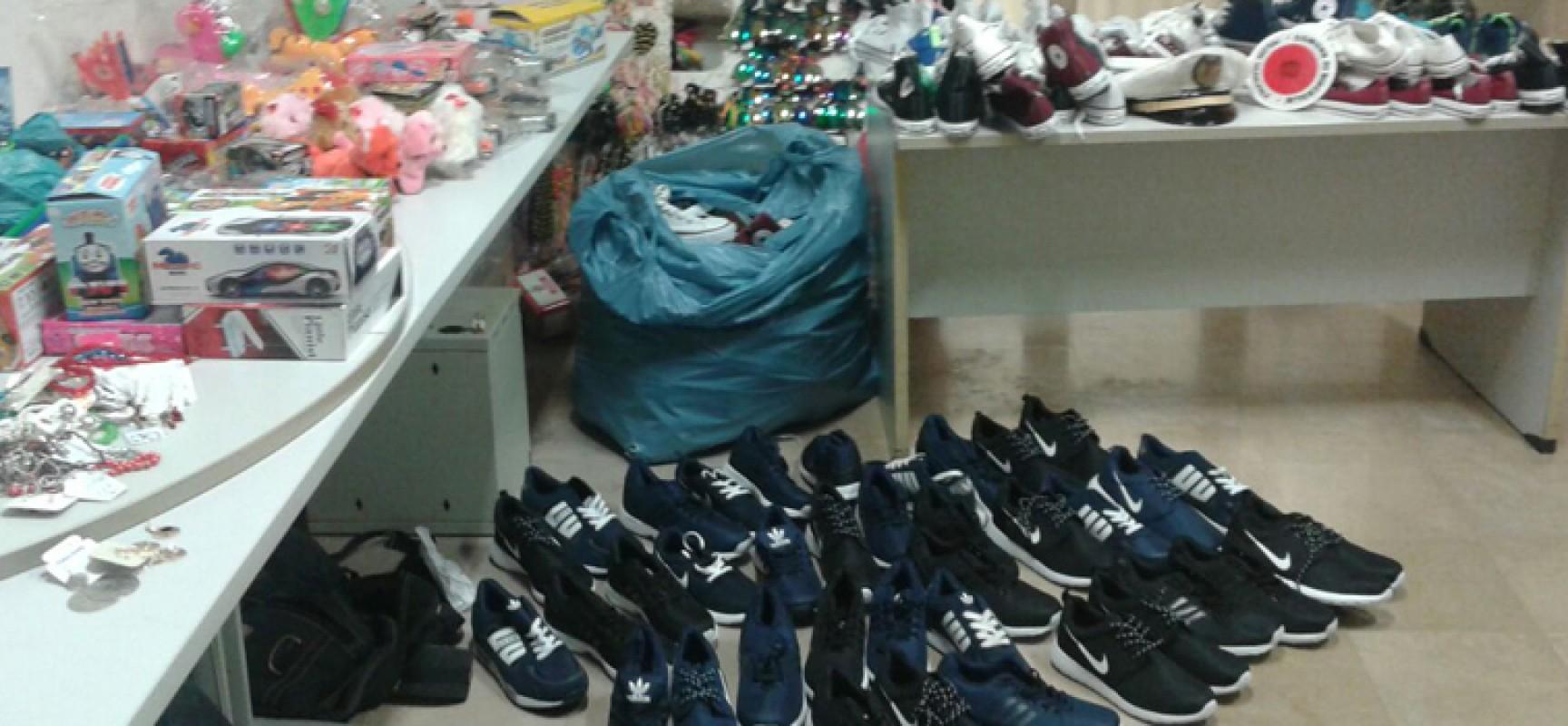Controllo della Polizia Municipale al mercato: sequestrate scarpe, bigiotteria e giocattoli / FOTO
