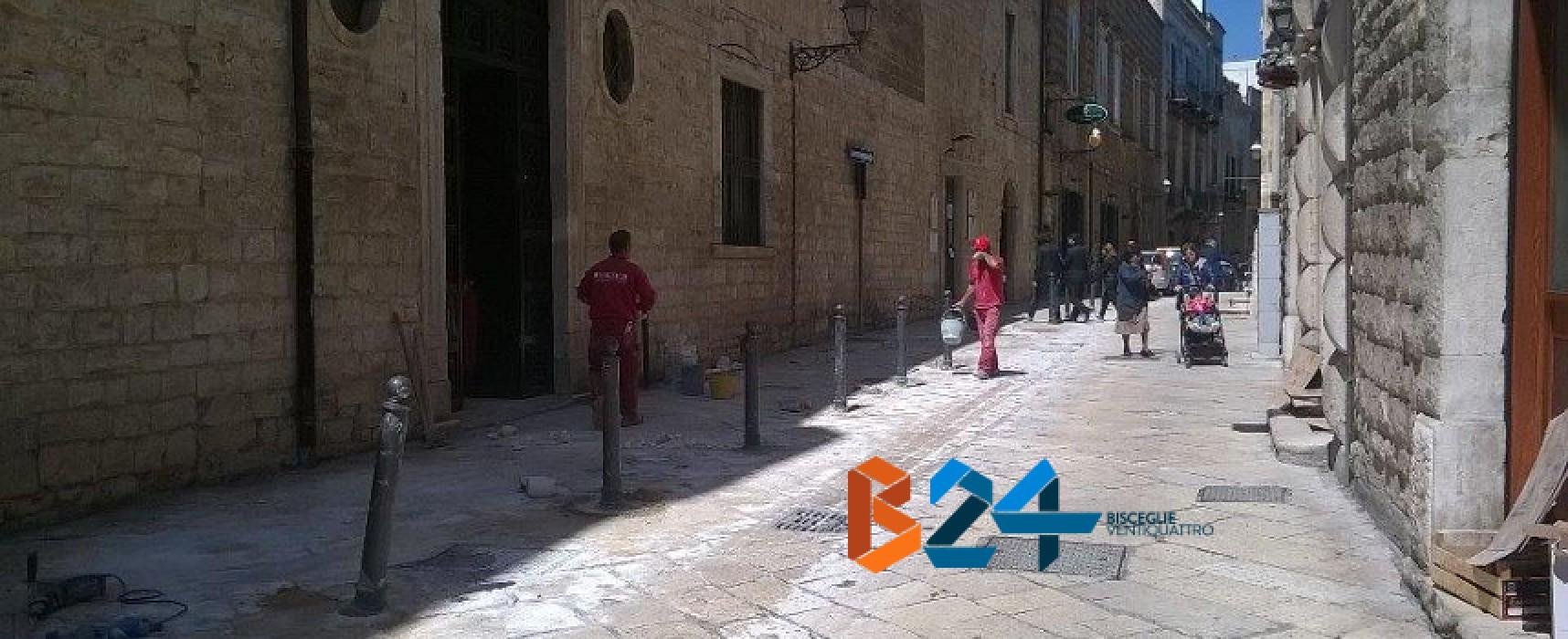 Via Giulio Frisari, istallazione paletti contro parcheggio selvaggio / FOTO