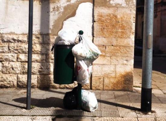"""""""Installazioni di inciviltà"""" ovvero rifiuti mal conferiti in via San Lorenzo"""
