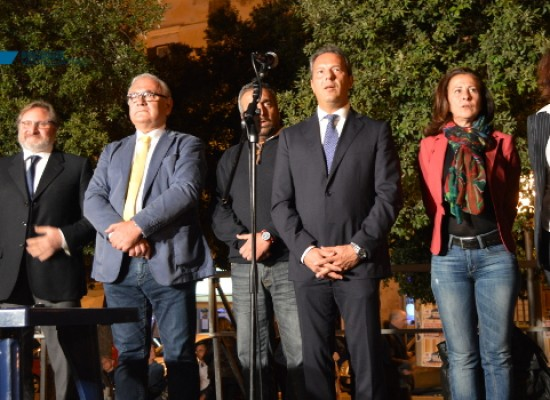 Spina ha presentato i suoi candidati in piazza: «Noi coerenti a differenza degli altri» / FOTO