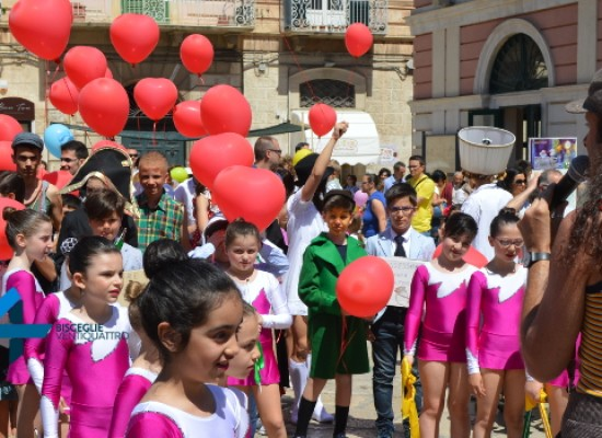 Compagnia BinarioZero, i più piccoli, tra musica e colori, prendono in mano la città / FOTO