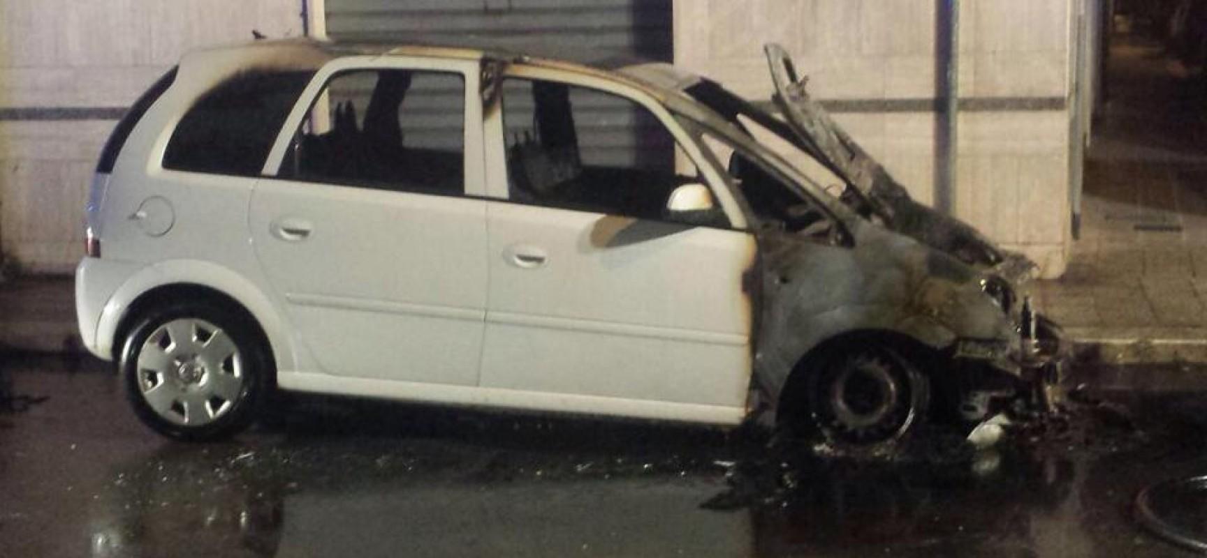 Auto in fiamme nella notte in Via Lecce