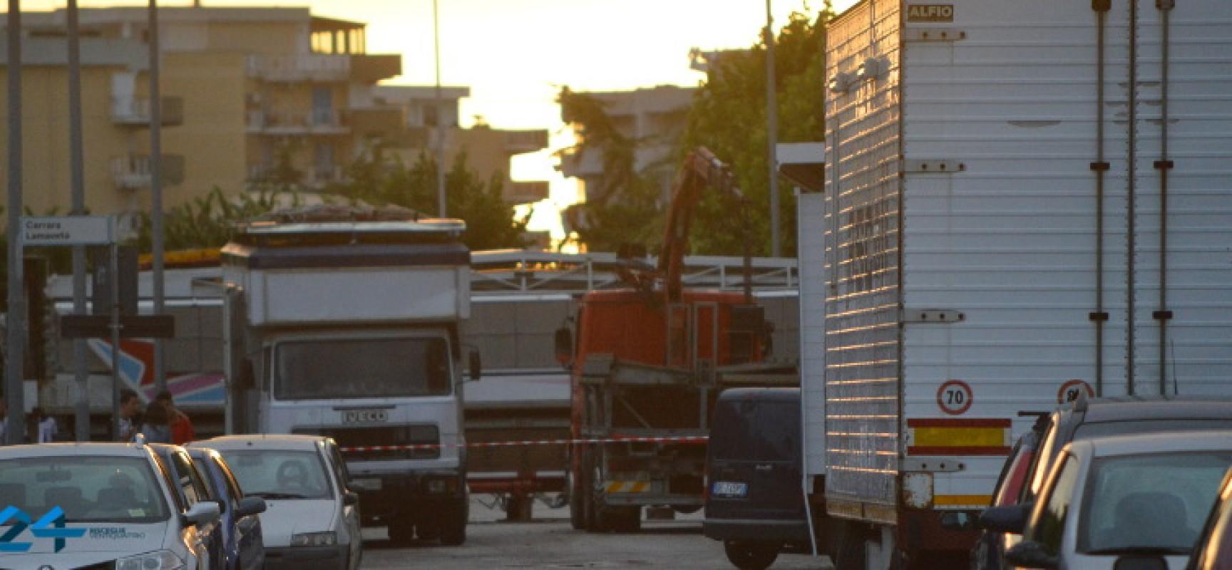 Luna Park di Sant'Andrea, giostre e roulotte occupano strade e marciapiedi. Il disagio dei residenti /FOTO