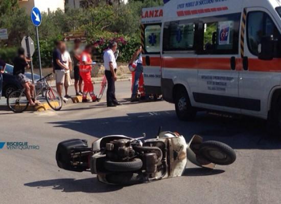 Incidente alla rotonda di via Sant'Andrea, 65enne in Vespa trasportato al pronto soccorso / FOTO