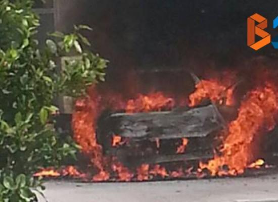 Macchina di un autosalone prende fuoco su marciapiede in zona San Pietro