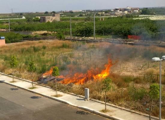 Incendio nella zona 167, pericolo scongiurato grazie al pronto intervento delle autorità