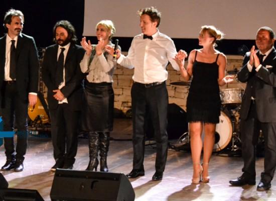 Savino Zaba conquista il teatro Mediterraneo con uno spettacolo eccezionale / FOTO