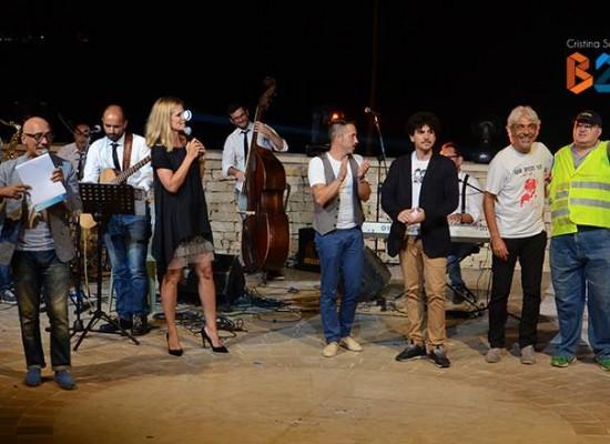 """Comicità e buona musica: il """"Risollevante"""" cabaret tour diverte il pubblico del Teatro Mediterraneo / FOTO"""