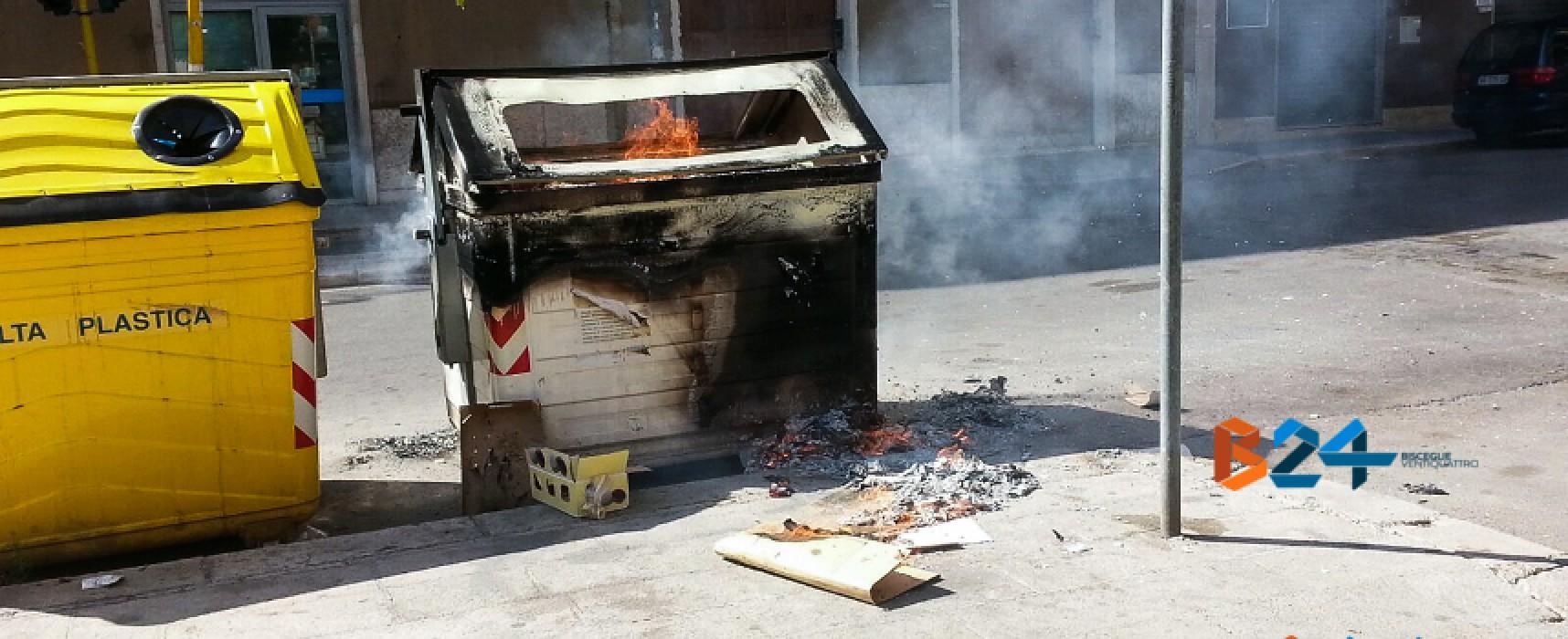 Atto vandalico in via della Repubblica, in fiamme un cassonetto /FOTO