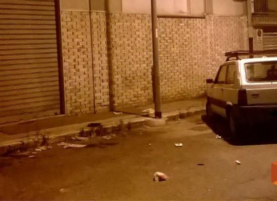In stato di agitazione, lancia oggetti dal balcone: placata dalle forze dell'ordine
