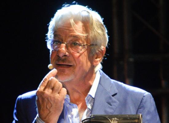 """Cinema e poesia, il maestro Giancarlo Giannini emoziona il Teatro Mediterraneo con il suo """"Oscar"""" / VIDEO"""
