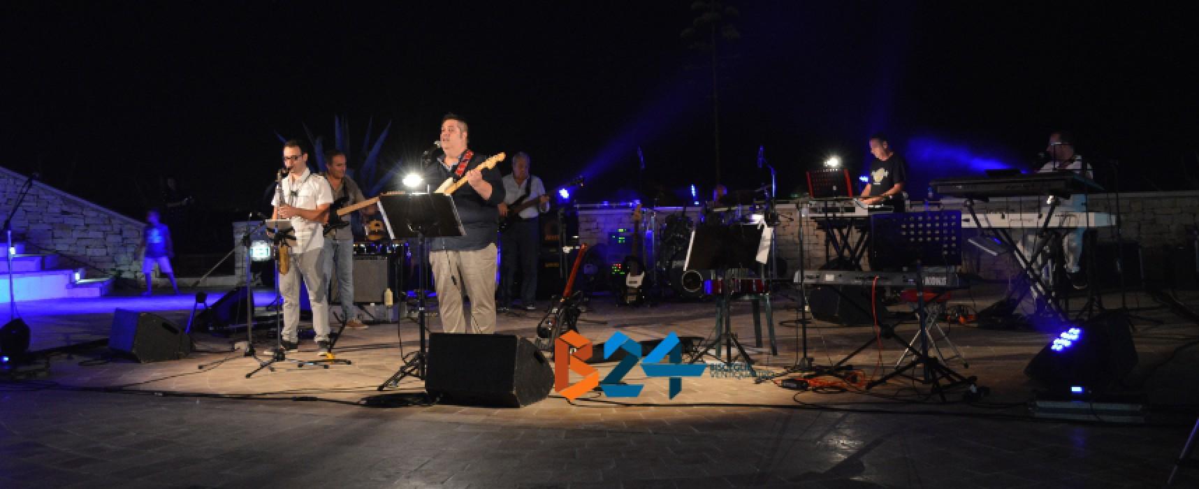 """""""Vai mo', Pino"""": la tribute band biscegliese coinvolge ed emoziona il Teatro Mediterraneo / FOTO"""