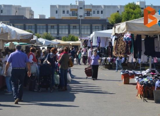 Polizia Municipale in azione contro i venditori abusivi al mercato settimanale