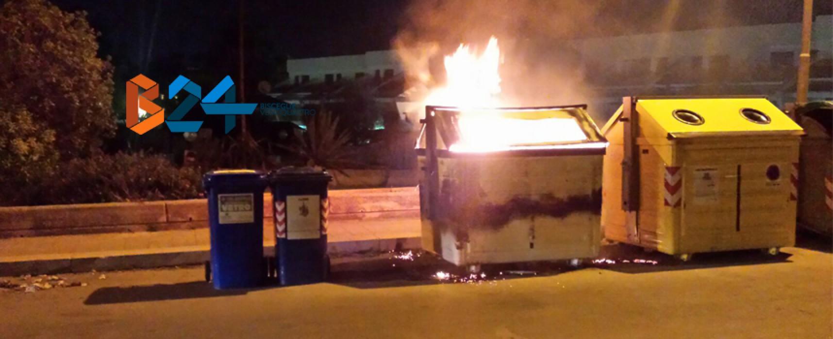 Incendio in un cassonetto ieri sera in via Mauro Dell'Olio