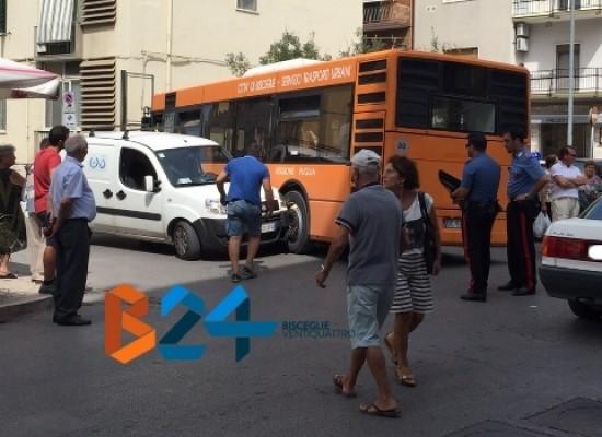 Scontro tra autobus e furgonato su corso Umberto I