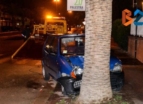 Auto si schianta contro una palma su via Sant'Andrea, due donne al pronto soccorso / FOTO