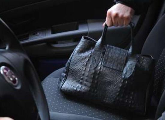Ancora furto di una borsa da un'auto ferma: vittima una donna
