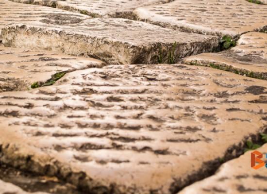 Basole sconnesse nel centro storico, una trappola per i pedoni / FOTO