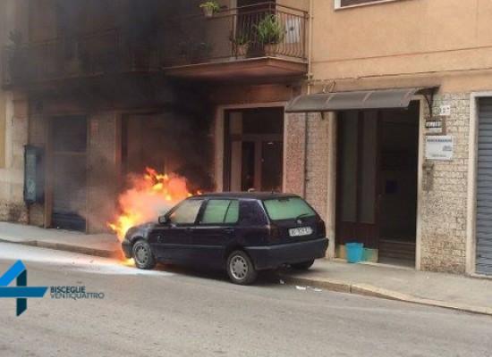 Auto prende fuoco in via Piave, nessun ferito / FOTO