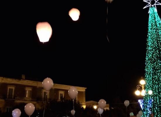 Lanterne in volo nel cielo biscegliese contro il frastuono dei botti di capodanno / FOTO
