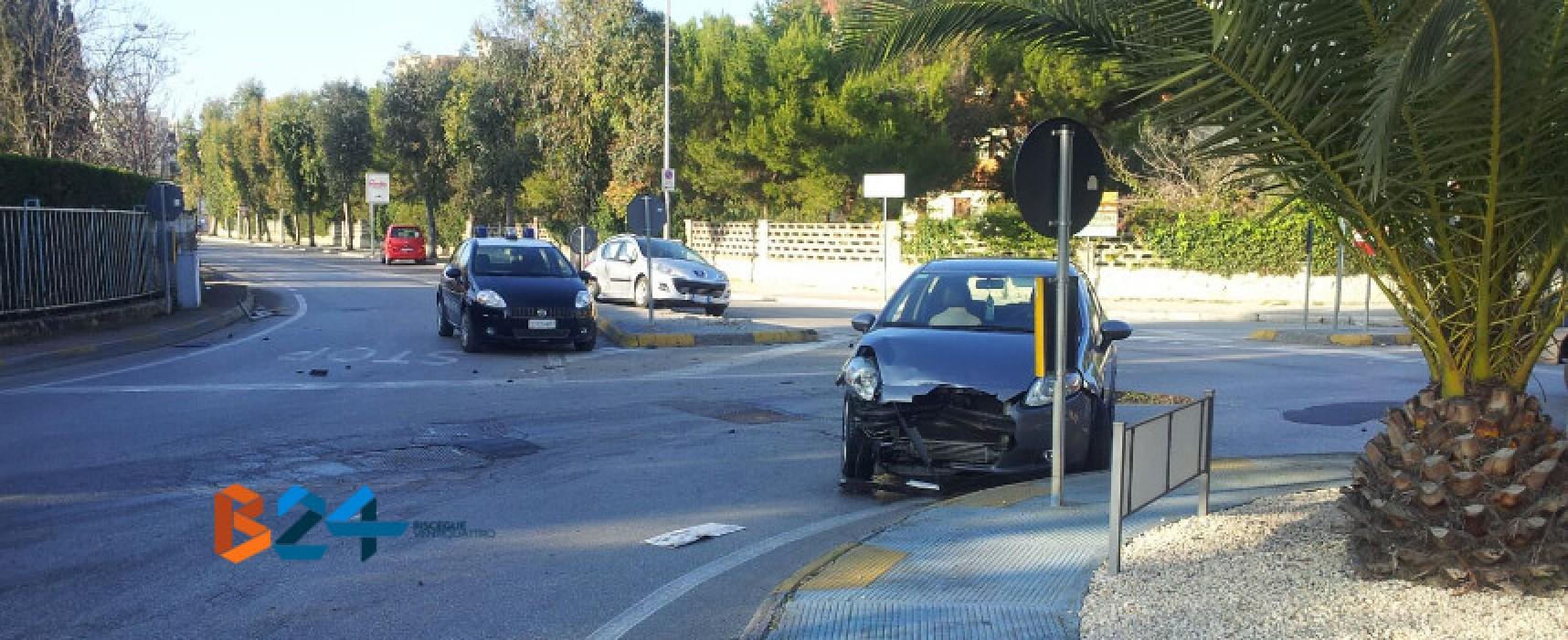 Scontro tra due auto alla rotonda di via Sant'Andrea