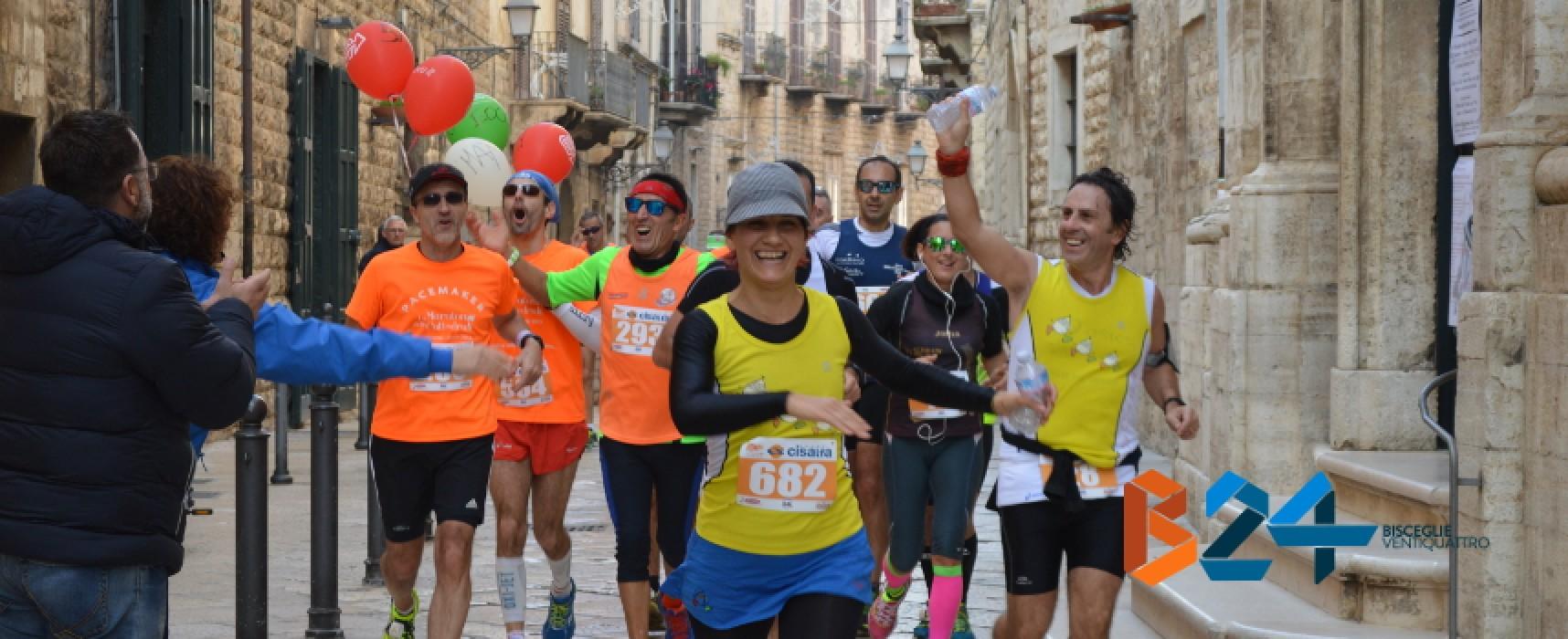 """""""Maratona delle Cattedrali"""", FOTO del passaggio dei runners nel centro storico di Bisceglie"""