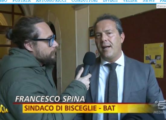 Pinuccio (Striscia la notizia) punzecchia il sindaco Francesco Spina su passaggio al Pd / VIDEO