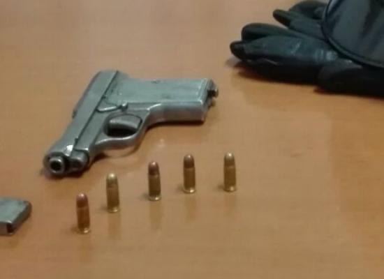 Lancia la pistola dalla finestra per sfuggire ad un controllo, arrestato 33enne ai domiciliari