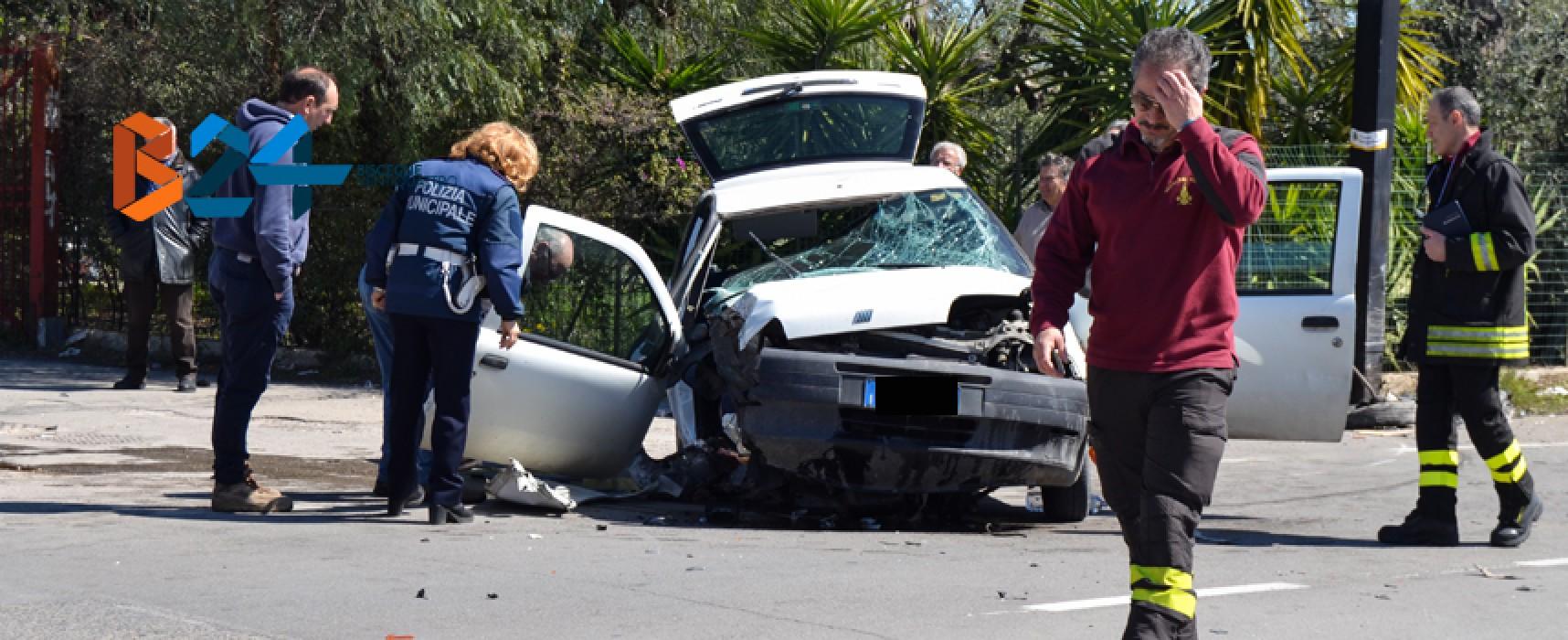 Si schianta su via Imbriani e resta incastrata in auto, donna 69enne al pronto soccorso / FOTO