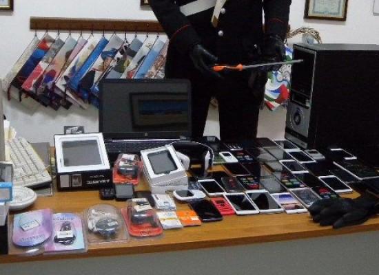 In piena notte ruba cellulari, pc e svariate sim inattive. Arrestato 41enne georgiano