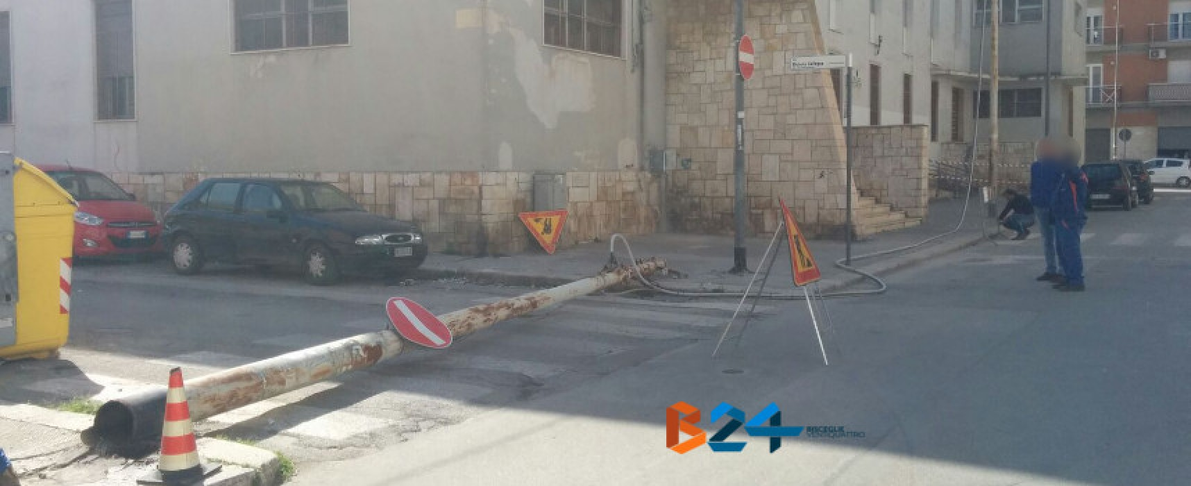 """Tragedia sfiorata, cade palo della linea elettrica accanto alla scuola elementare """"Caputi"""" /FOTO"""