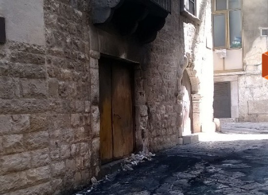 Danneggiato dalle fiamme palazzo Ammazzalorsa, secondo episodio in tre mesi