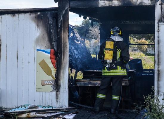 In fiamme il chiosco del parcheggio dell'Arena del Mare, ingenti i danni alla struttura /FOTO