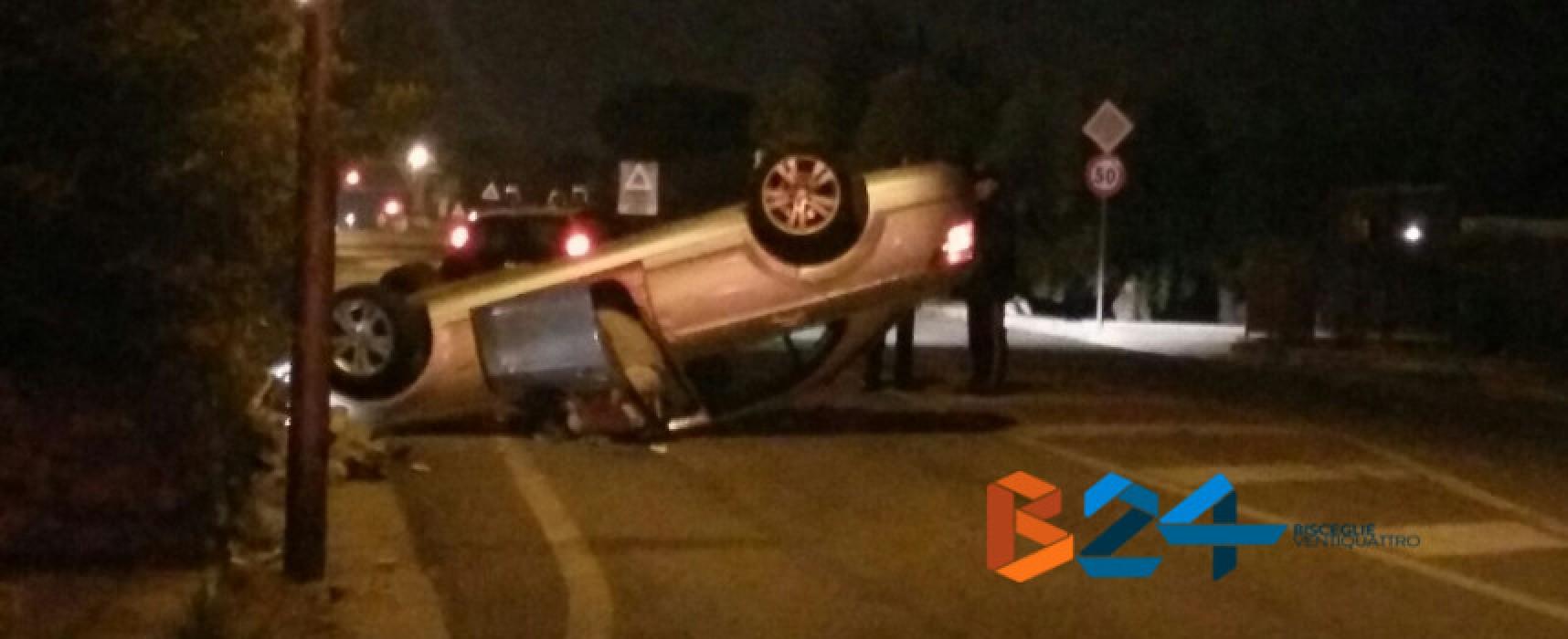 Incidente nella notte su via Bovio: auto si ribalta e finisce contro un muretto a secco