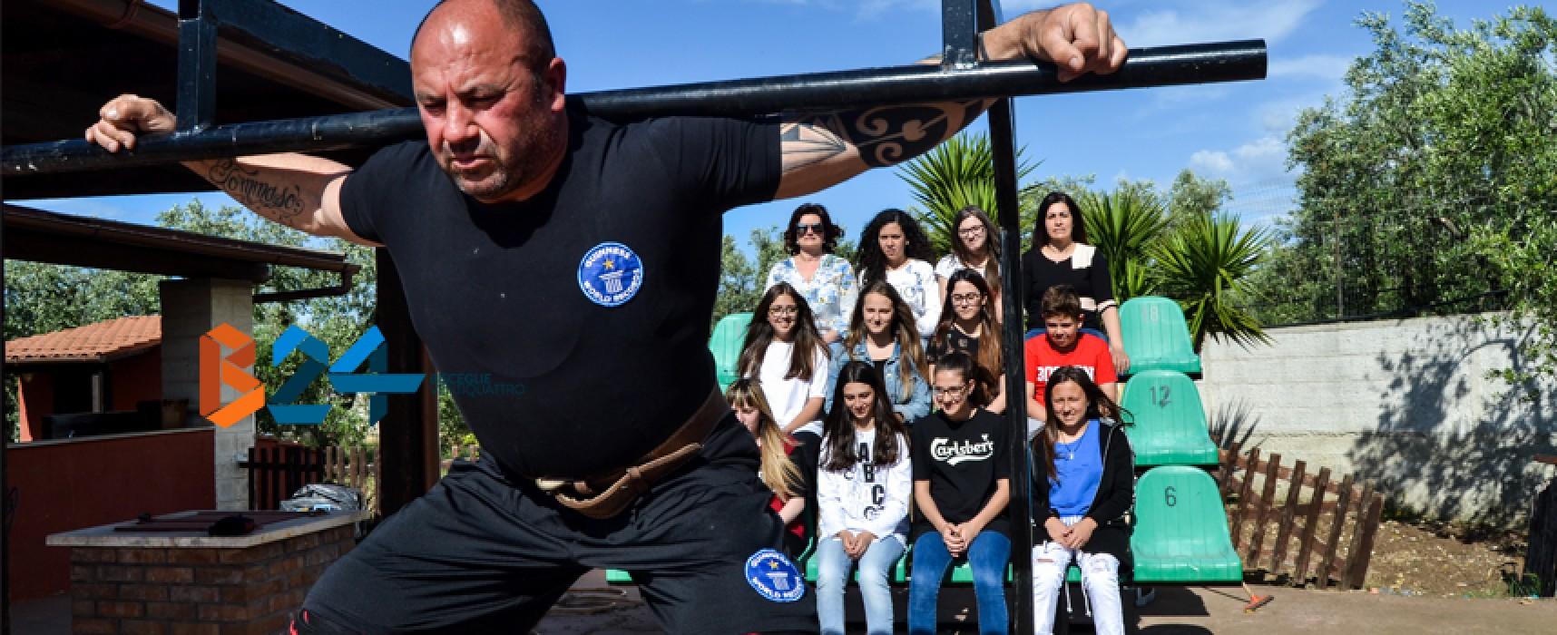 Dieci squat sollevando 12 ragazze: la sfida di Cosimo Ferrucci al Westing World Record