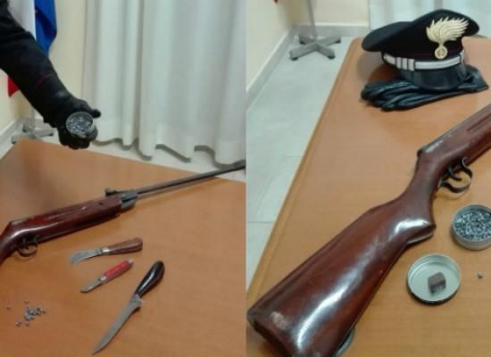Barricato in casa, tira sassi e spara piombini sui passanti: arrestato 56enne biscegliese