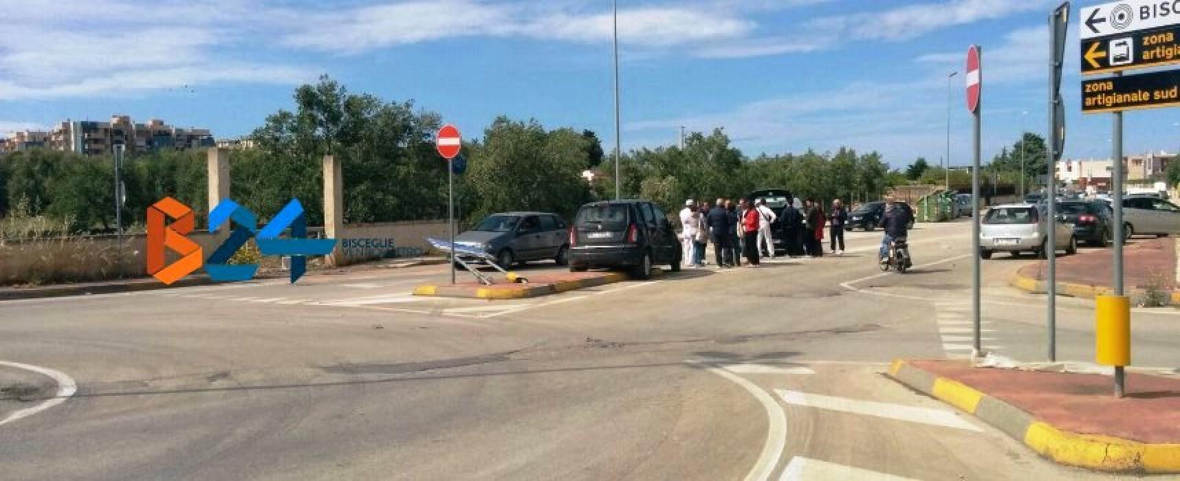 Violento impatto tra due auto alla rotatoria di Strada del Carro / FOTO