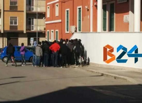 """Richiedenti asilo protestano per le nuove norme sull'accoglienza: """"Restringono la nostra libertà"""""""