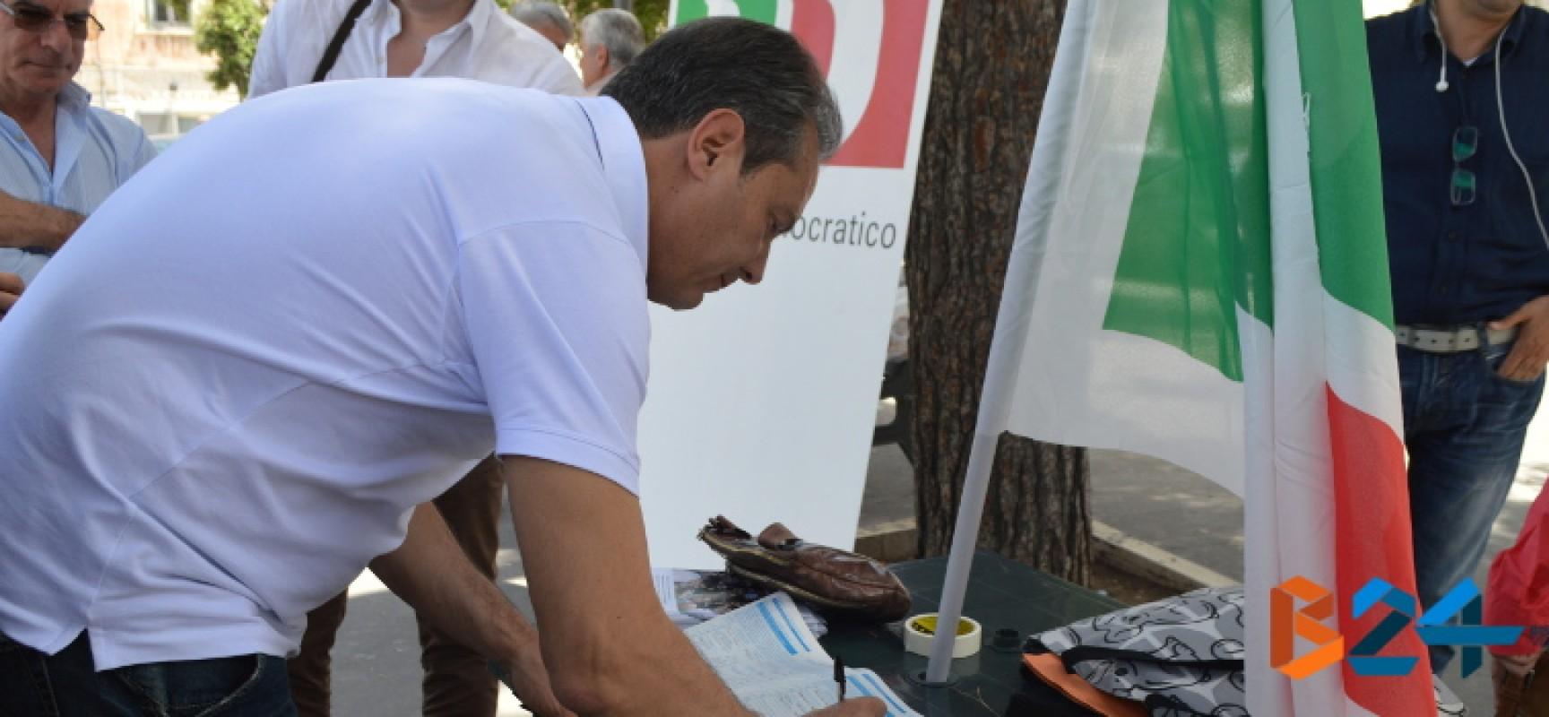 Il Sindaco Spina firma per il referendum costituzionale al banchetto del Pd